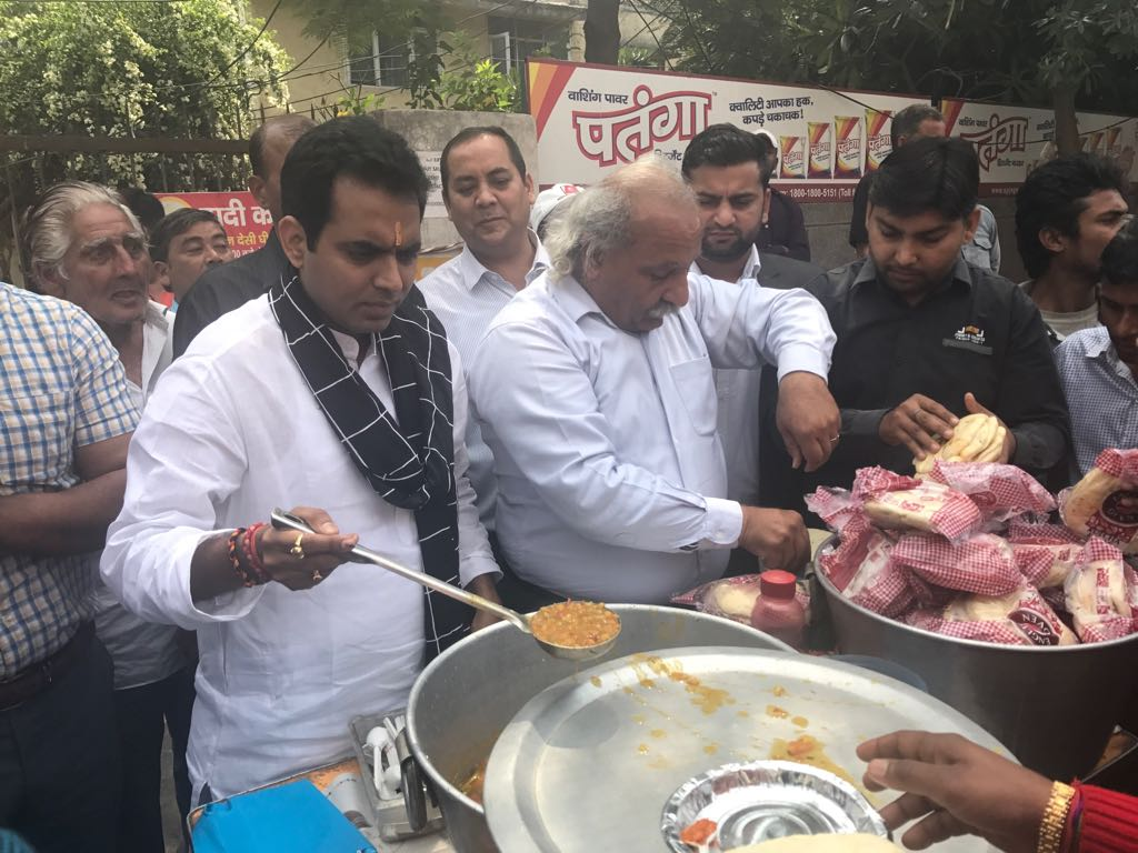 Pankaj Singh newly elected BJP MLA serves lunger at Dadi ki Rasoi run by Anoop Khanna